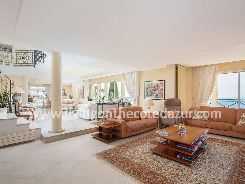 Renaissance-Villa in Super Cannes ideal im Herzen dieser Wohngegend gelegen. Unauffällig geschützt von den Ansichten gibt es Ihnen maximale Privatsphäre.