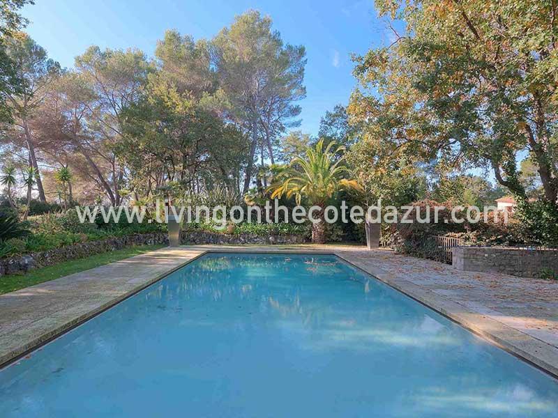 Authentische provenzalische Steinvilla Bauernhaus bringt Sie in eine sehr romantische Umgebung. Reine Magie, in einem Landschaftspark von 7421 qm,