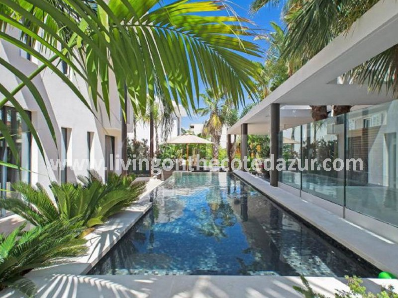 Neue zeitgen ssische villa cannes palm beach living on for Interieur sud cannes