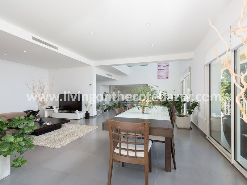 The contemporary villa with heated swimming pool has spacious and sunny rooms. A total of three bedrooms and three bathrooms and a garage for two cars.
