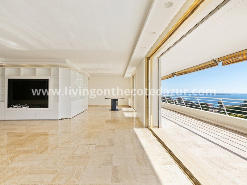 Spacious, sunny apartment with sea view Cannes Croix des Gardes