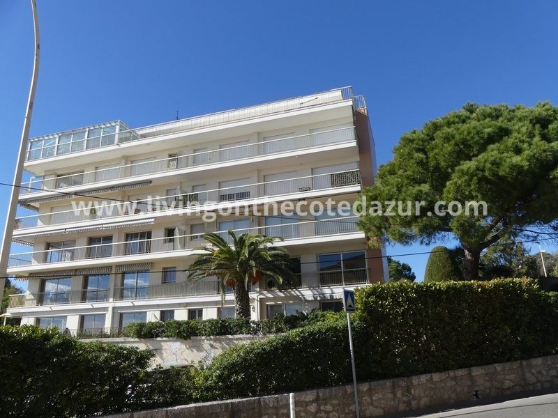 We offer you in Cannes Palm Beach a two bedroom apartment in a small residence on the 1st floor. I