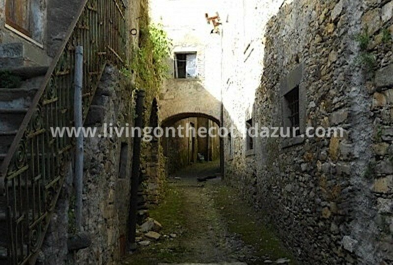 Complete Italian village in Tuscany for sale