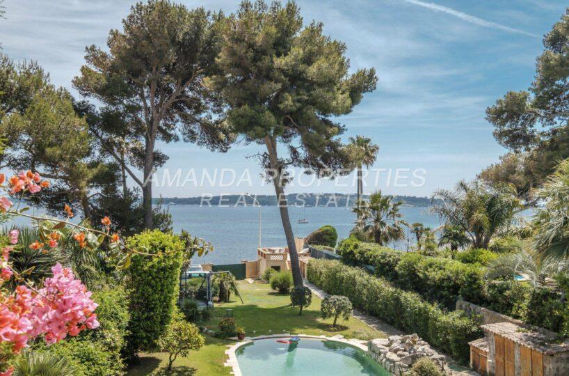 French Riviera waterfront or seafront properties on the Côte d'Azur. Propriétés pieds dans l'eau